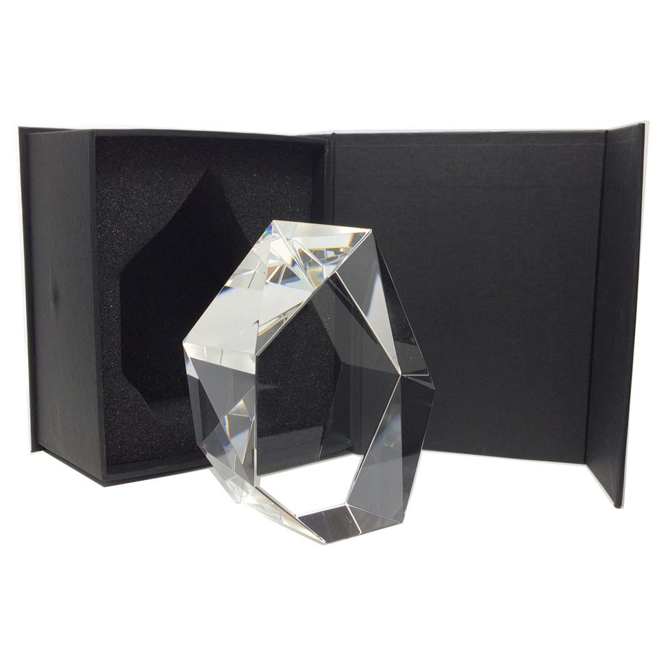 Un bloc de verre taillé et bizeautés